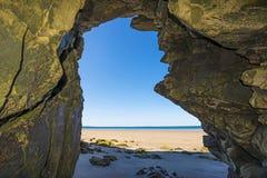 在海滩的一个洞 免版税库存照片