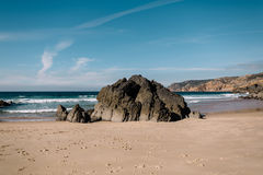 在海洋的一块大石头 库存照片