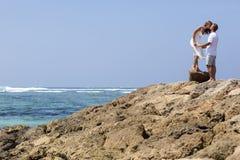 在海滩的一对年轻夫妇 库存照片
