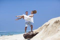 在海滩的一对年轻夫妇 免版税库存图片