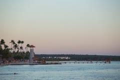 在海滩的一座灯塔 免版税库存照片