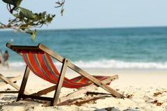 在海滩的一把空的椅子 免版税库存图片
