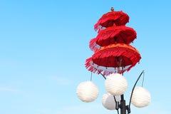 在海滩的一把美丽的红色伞 库存图片