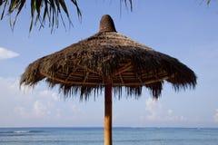 在海滩的一把草伞 巴厘岛 免版税库存照片