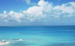 在海滩的一明亮的天 库存图片
