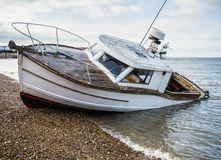 在海滩的一条下沉的小船 免版税库存图片