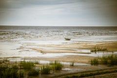 在海滩的一条偏僻的小船 免版税库存图片