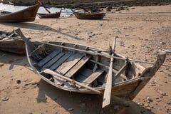 在海滩的一条小木小船里面 免版税库存图片
