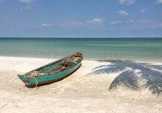 在海滩的一条小船在Phu Quoc海岛 库存照片