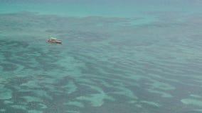 在海洋的一条小船 库存图片