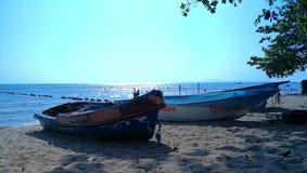 在海滩的一条小船 库存照片