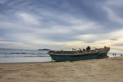 在海滩的一条小船 免版税库存图片