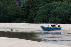 在海滩的一条残破的小船 免版税库存图片