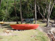在海滩的一条老小船。 免版税库存图片