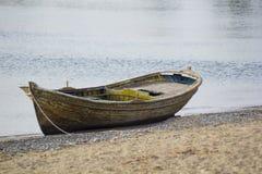 在海滩的一条老小船 免版税库存图片