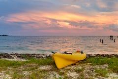 在海滩的一艘靠岸的黄海皮船在太阳的堡垒杰斐逊 库存图片