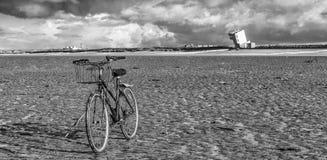 在海滩的一辆自行车 库存照片