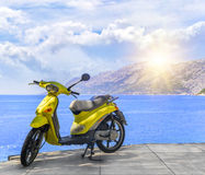 在海滩的一辆黄色品牌少的脚踏车在一个夏日 免版税库存照片