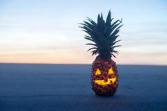 在海滩的万圣夜。菠萝起重器o灯笼 免版税库存图片