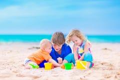 在海滩的三个孩子 免版税图库摄影