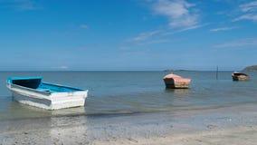 在海滩的三条小船 图库摄影