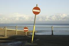 在海滩的不通过的路路标 库存照片