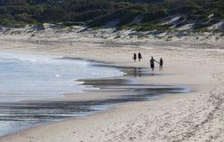 在海滩的两对夫妇步行。芬戈郡海湾。Australi 免版税图库摄影