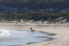 在海滩的两对夫妇步行。芬戈郡海湾。Australi 库存照片