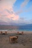 在海滩的两张海滩睡椅 库存照片