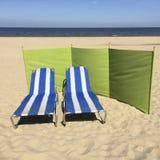 在海滩的两张镶边海滩睡椅 库存图片