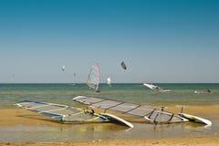 在海滩的两朵海浪与很多风筝海浪 免版税图库摄影