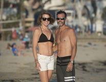 在海滩的乐趣夫妇 库存图片