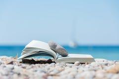 在海滩的书 库存图片