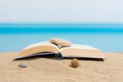 在海滩的书 库存照片