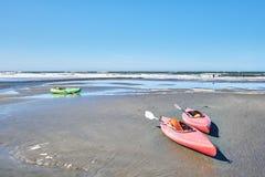 在海滩的二个独木舟 免版税库存图片