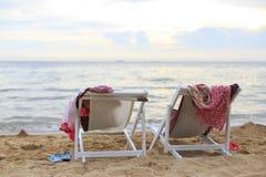 在海滩的二张海滩睡椅 免版税库存照片