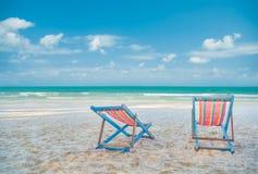 在海滩的二张海滩睡椅 库存照片