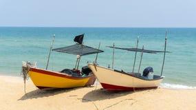 在海滩的二条小船 免版税图库摄影