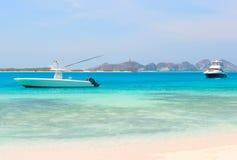 在海滩的二条小船 免版税库存照片