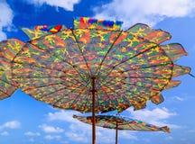 在海滩的五颜六色的伞在晴天 免版税库存图片