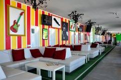 在海滩的五颜六色的咖啡馆酒吧 库存图片