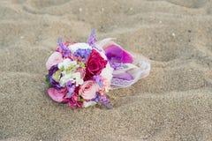 在海滩的五颜六色的婚礼花 库存照片