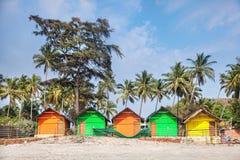 在海滩的五颜六色的小屋 库存照片