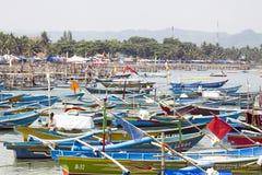 在海滩的五颜六色的小船在印度尼西亚 免版税库存图片