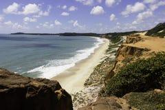 在海滩的五颜六色的峭壁 库存照片