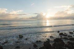 在海滩的五颜六色的日出 图库摄影