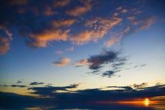 在海洋的五颜六色的日落。 免版税库存照片