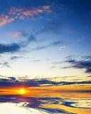 在海洋的五颜六色的日落。 免版税库存图片