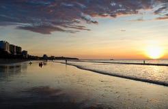在海滩的五颜六色的日落在女用披巾,厄瓜多尔 免版税库存图片