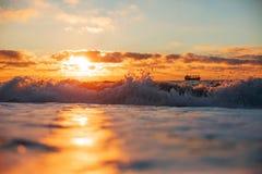 在海洋的五颜六色的日落 免版税库存图片